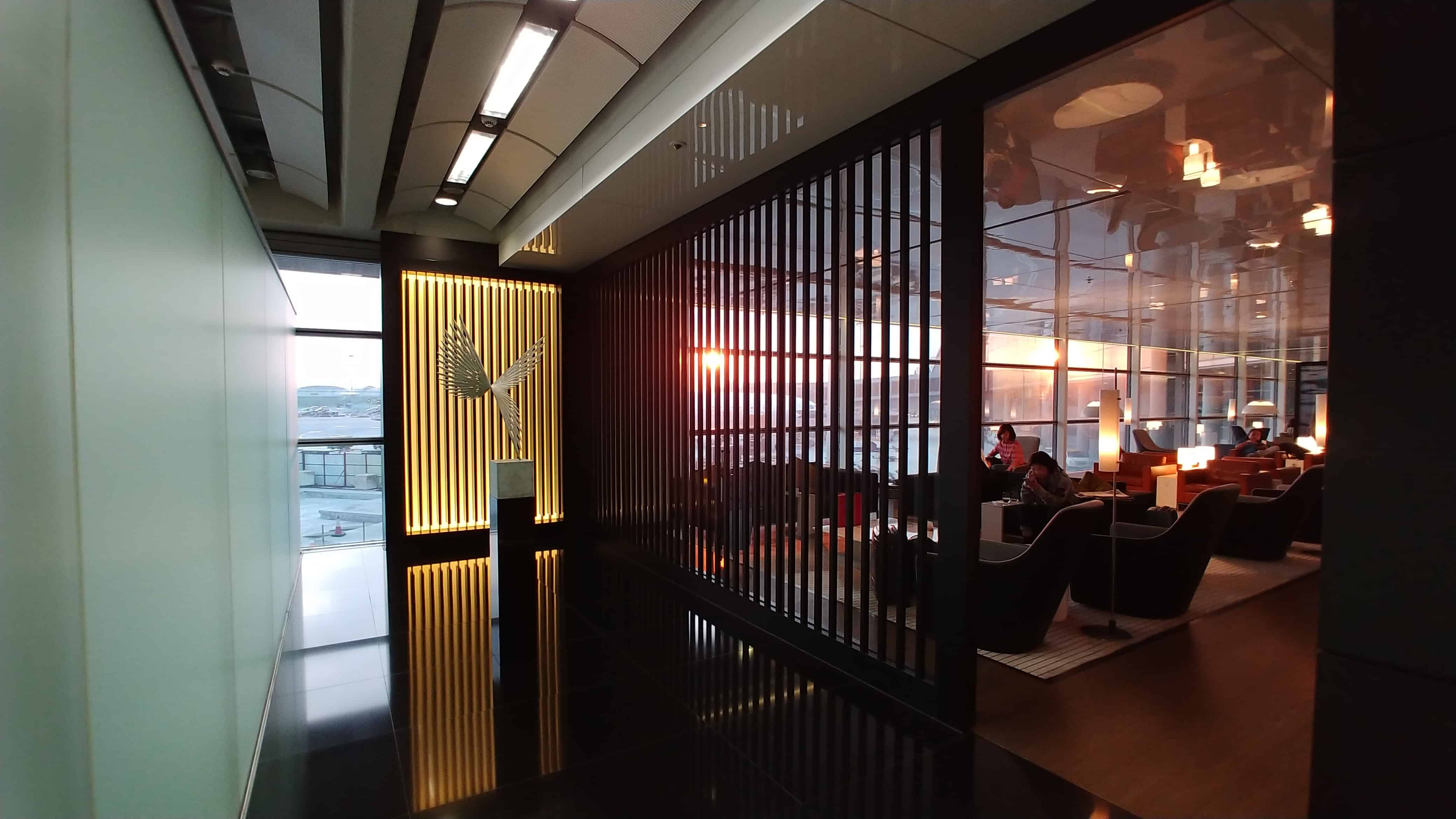 "Cathay Pacific ""The Bridge"" Business Class Lounge Hong Kong Decor"