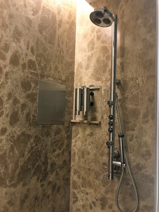 Singapore Airlines Lounge Showers