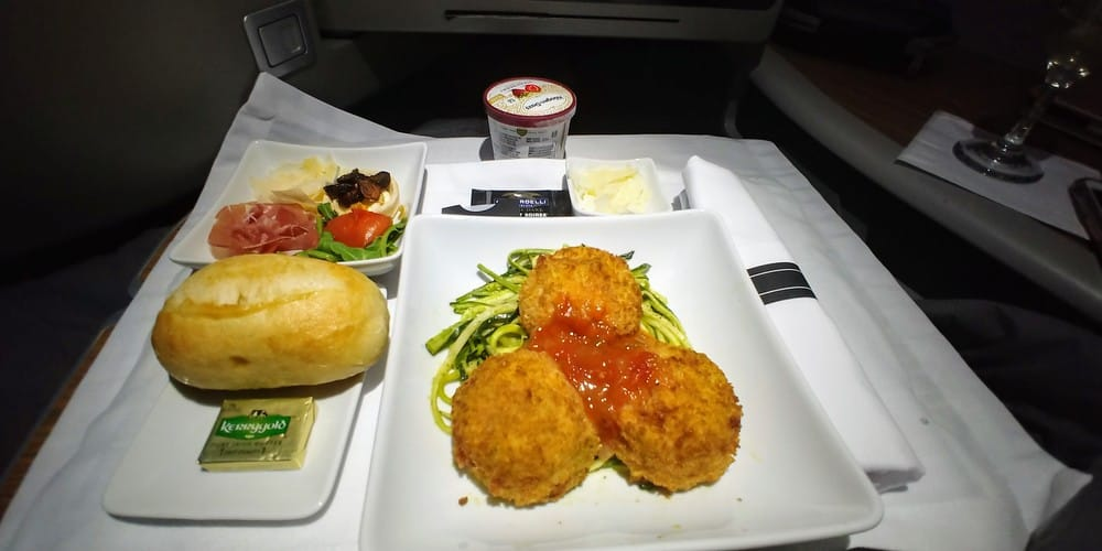 AA transcon A321T first food
